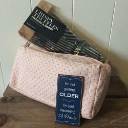 Pakke m/ Make-up taske, magnet og Trøfler - Ib Laursen
